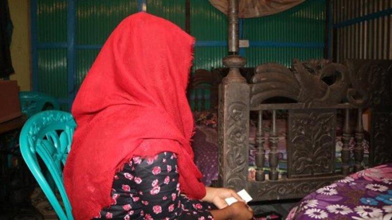 স্ত্রীর মর্যাদা আদায়ে স্বামীর বাড়িতে অনশন করছে স্ত্রী!